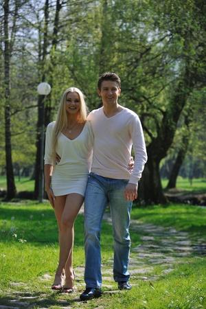 ballet hombres: feliz pareja de jóvenes en el amor romántico baile al aire libre en temporada de primavera en mornig temprano con la luz hermosa