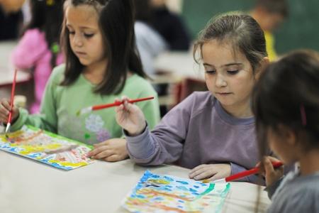 ni�os jugando en la escuela: ni�o feliz grupo de ni�os se divierten y juegan en guarder�a cubierta concepto de educaci�n preescolar con el maestro Foto de archivo
