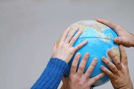 manos unidas: El trabajo en equipo concepto con las manos en el globo