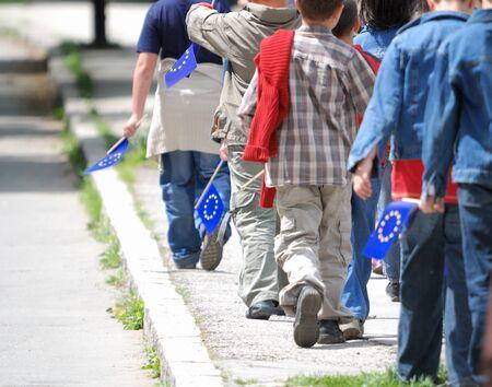 niños saliendo de la escuela: Grupo de los hijos también caminando al aire libre