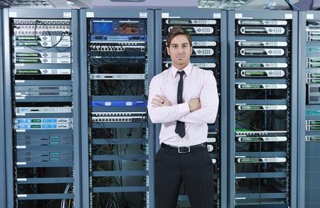 usługodawcy: mÅ'ody przystojny engeneer dziaÅ'alnoÅ›ci czÅ'owieka w pokoju Datacenter Server Zdjęcie Seryjne