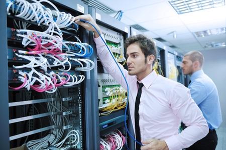 cable red: grupo de jóvenes empresarios que ingeniero en la sala de servidor de red para resolver problemas y ayudar y dar apoyo