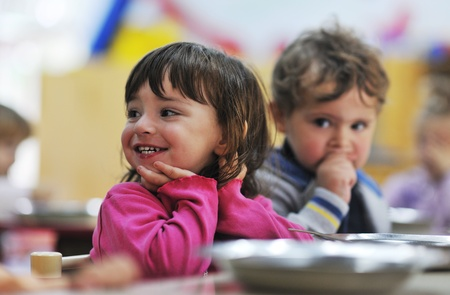 maestra preescolar: niño feliz grupo de niños se divierten y juegan en el jardín de infantes en interiores concepto de la educación preescolar con el maestro