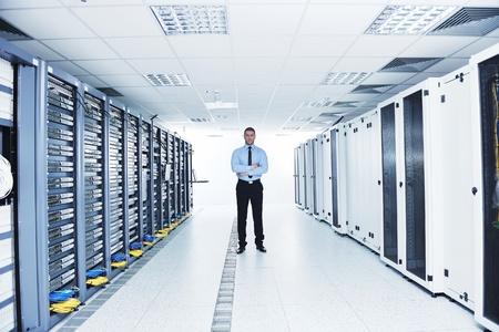 rechenzentrum: junge engeneer im Datacenter Server-Raum Lizenzfreie Bilder