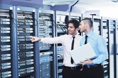 сеть: это инженеры сеть серверной комнаты Фото со стока