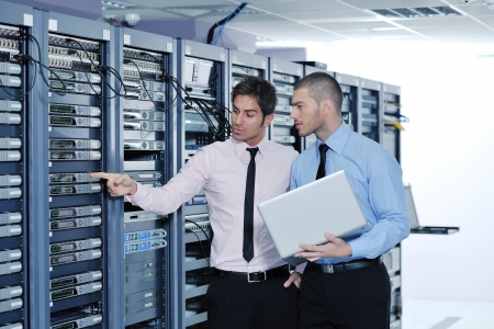 hardware: grupo de j�venes empresarios que el ingeniero en la sala de servidores de red para resolver problemas y dar ayuda y apoyo