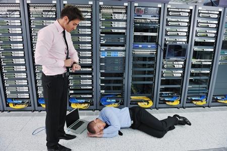 catastrophe: homme d'affaires dans la chambre qu'elle serveur de r�seau ont des probl�mes et la recherche d'une solution situation de catastrophe