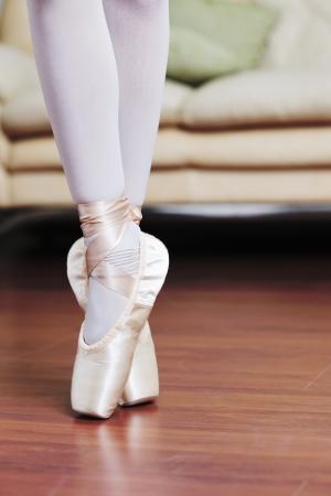 turnanzug: Ballett M�dchen und �bung zu Hause lernen Lizenzfreie Bilder