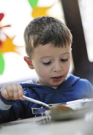 niño feliz grupo de niños se divierten y juegan en el jardín de infancia en interiores concepto de la educación preescolar con el maestro Foto de archivo