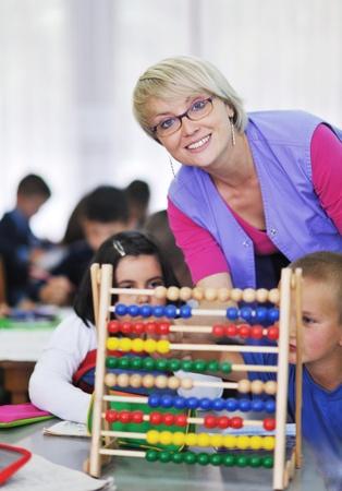 maestra preescolar: ni�o feliz grupo de ni�os se divierten y juegan en el jard�n de infancia en interiores concepto de la educaci�n preescolar con el maestro