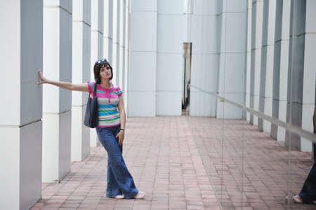 Sch�ne Frau im Freien moderne Stadt, st�dtische Stra�enszene mit abstrakten Reflexionen Glas Stockfoto - 12061432