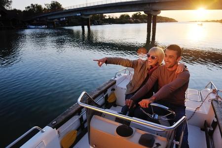 yachts: felice giovane coppia in amore il tempo romantico al tramonto d'estate a Barca nave, rappresentando al contempo urbano e la campagna fashin stile di vita