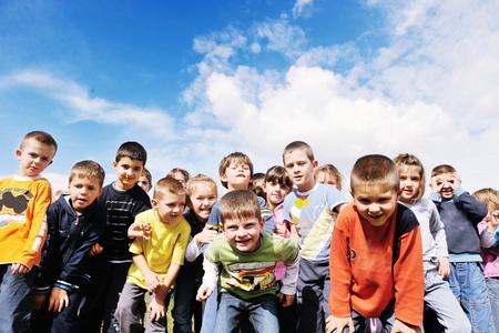 niños jugando en la escuela: niño feliz grupo de niños se divierten y juegan en el concepto de la educación pre-escolar con la maestra de jardín de infancia