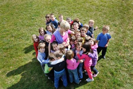 gelukkig kind kinderen groep plezier hebben en spelen in kleuterschool voorschoolse educatie concept met leraar