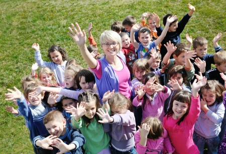 teacher: ni�o feliz grupo de ni�os se divierten y juegan en el concepto de la educaci�n pre-escolar con la maestra de jard�n de infancia