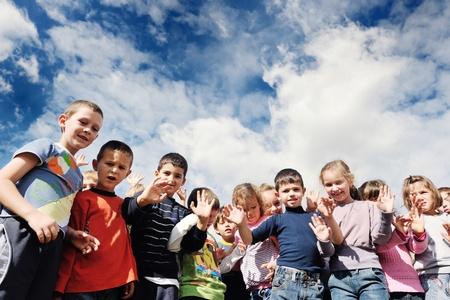 ni�os jugando en la escuela: ni�o feliz grupo de ni�os se divierten y juegan en el concepto de la educaci�n pre-escolar con la maestra de jard�n de infancia