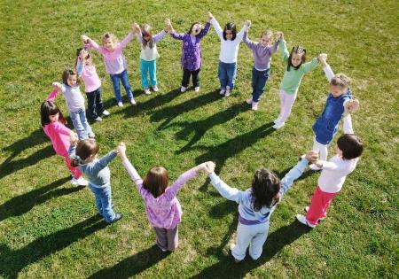 mujer hijos: niño feliz grupo de niños se divierten y juegan al aire libre en el jardín de infantes concepto de educación preescolar con el maestro