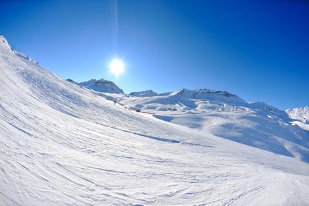 montañas nevadas: Las altas montañas bajo la nieve fresca en la temporada de invierno