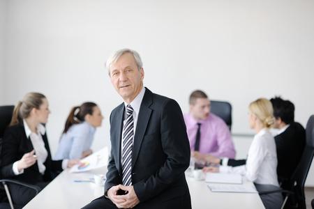 mujeres mayores: equipo de gente de negocios en una reunión en un entorno de oficina moderno y ligero.