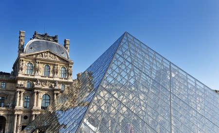 piramide humana: France Louvre museo de historia en París, en el cielo día y claro