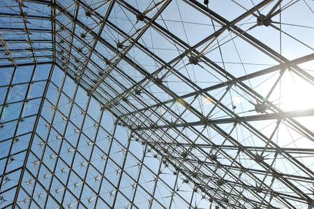 estructura: Estructura met�lica en la azotea con el fondo de vidrio para la construcci�n del Museo del Louvre en Par�s, Francia Editorial