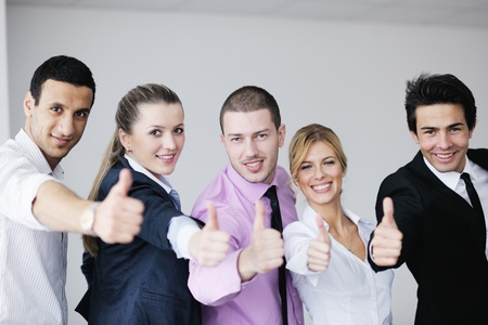 Gruppe von jungen Geschäftsleute sitzen in board room in Begegnung und Gespräch mit Papierkram Standard-Bild - 12766639