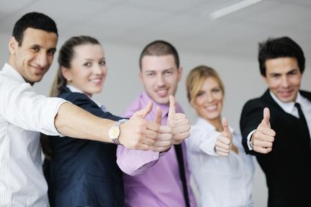 la gente de trabajo: Grupo de j�venes empresarios que se sientan en sala de juntas durante la reuni�n y discutir con el papeleo