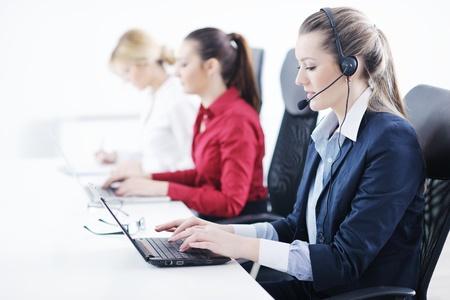 recepcionista: Grupo empresarial joven y bella mujer con auriculares sonriendo a usted contra el fondo blanco Foto de archivo
