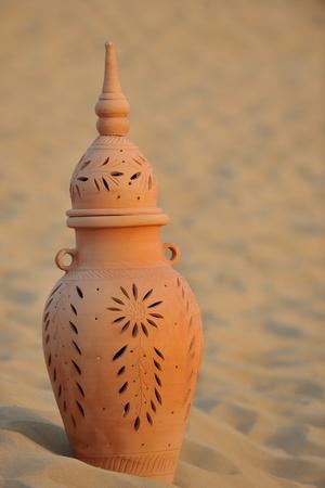 ollas de barro: antiguo arte antiguo pozo árabe en la arena