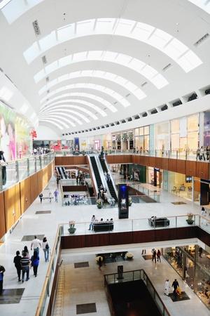 plaza comercial: Interior de un centro comercial moderno centro comercial Editorial