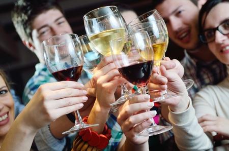 jovenes tomando alcohol: Grupo de los felices vino joven bebe la gente en el restaurante Disco Party