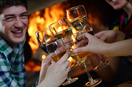 personas celebrando: Grupo de los felices vino joven bebe la gente en el restaurante Disco Party