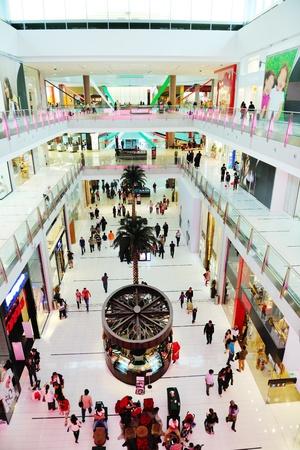 centro comercial: Interior de un centro comercial moderno centro comercial Editorial