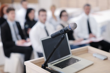 ビジネス ラップトップとセミナー会議教育表彰台で microphotone