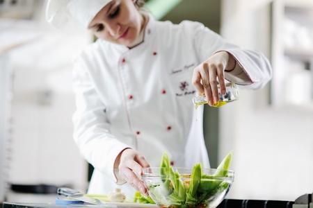 belle jeune femme prepare le chef et la décoration des plats savoureux dans la cuisine