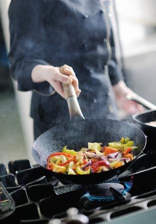 vegetable cook: giovane e bella donna preparare chef e decorazione cibo gustoso in cucina
