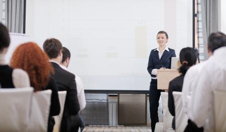 formacion empresarial: la gente de negocios del grupo en la presentaci�n reuni�n seminario en la sala de conferencias Brigt Foto de archivo