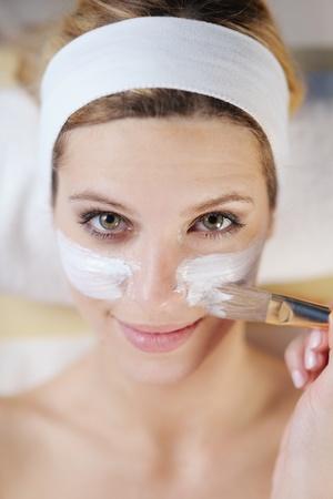 Schöne junge Frau in spaand Wellness. Gesicht zurück und Stone-Massage Standard-Bild - 13276463