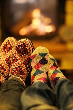 romance: felice giovane coppia romantica rilassarsi sul divano davanti al camino in inverno in casa Archivio Fotografico