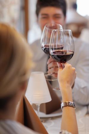 comida de navidad: Una joven pareja de tener una cena romántica en un restaurante
