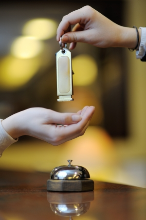 チェックインはホテルのフロントでのビジネスの女性