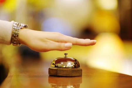 cloches: femme d'affaires � la r�ception d'un h�tel le check-in Banque d'images