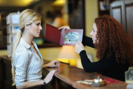 recepcionista: mujer de negocios en la recepci�n de un hotel el check-in