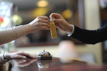 zakenvrouw bij de receptie van een hotel in te checken