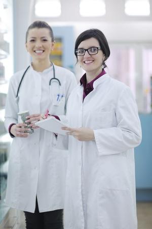 bata de laboratorio: equipo de grupo de la mujer de pie en Químico Farmacéutico farmacia farmacia Foto de archivo