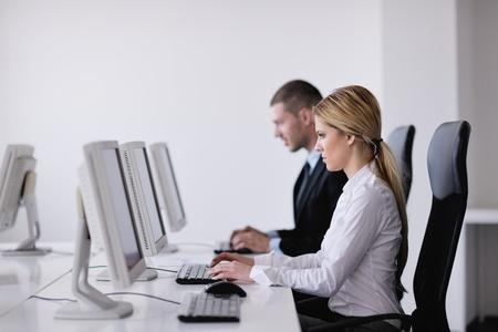 training: gens d'affaires du groupe avec un casque donnant l'appui dans le bureau de service d'assistance aux clients, la formation des gestionnaires et des instructions donnant l'�ducation