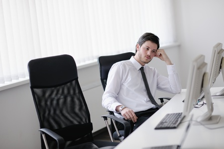 persona deprimida: Retrato de un joven hombre de negocios con aspecto deprimido y preocupado de su trabajo a satisfacer indors oficina