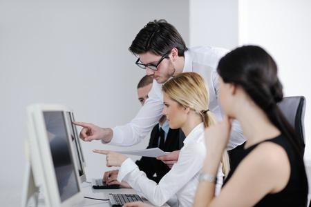 formacion empresarial: grupo de hombres de negocios con los auriculares que dan apoyo en la oficina de servicio de asistencia a clientes, formaci�n en gesti�n y dar instrucciones educaci�n