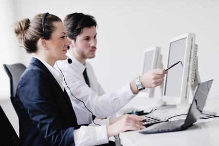 ヘルプのサポート デスクのオフィス顧客に与える、訓練および教育の指示を与えるマネージャー ヘッドフォンでビジネス人々 グループ