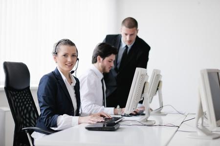 centro de computo: grupo de personas de negocios con los auriculares que dan apoyo en la oficina de mesa de ayuda a los clientes, formación en gestión de entrega y las instrucciones de la educación Foto de archivo